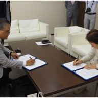 PIJLC President Philip B. Sanvictores (L) and Dr. Noriko Mizuta (R), Josai University Chancellor signed an Agreement of Cooperation on May 15, 2015 at the Josai University Kioicho, Tokyo Campus.